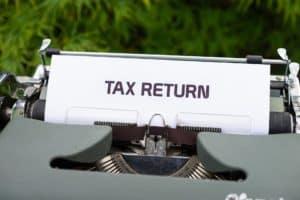 מכונת כתיבה עם כיתוב החזר מס