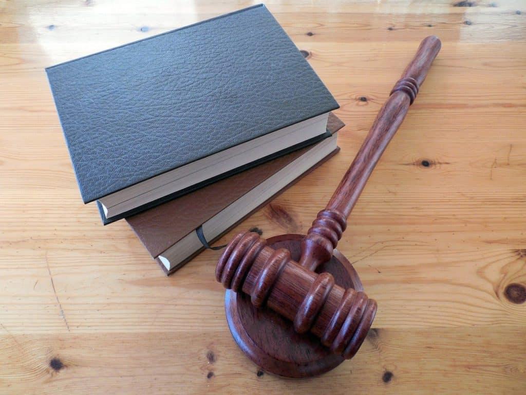 פטיש של שופט ו-2 ספרים